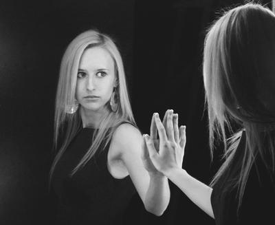 Близнецы девушка глаза взгляд волосы черно-белое зеркало двое две близнецы отражение