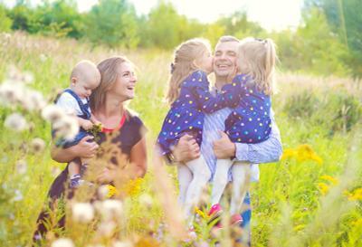 Папуля семья дети любовь объятия поцелуй счастье радость детство лето парк природа
