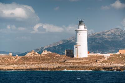 Маяк порта Тарифы. Испания Андалусия Тарифа море солнце маяк волны горы берег