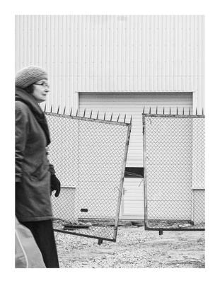 Фрагмент городской жизни уличная фотография люди снапшот геометрия город