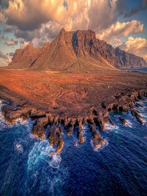 Истерзанный волнами берег мыса Тено Испаня Тенерифе Тено скалы облака океан берег дрон закат
