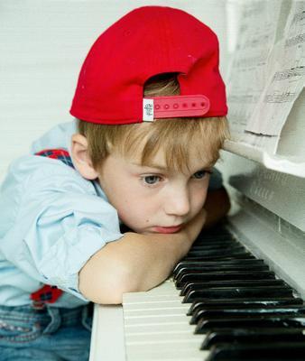 *** Мальчик рояль ноты.мечтатель лето занятие музыка красная кепка