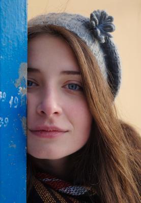 Из самого синенего льда голубые глаза девушка красивая