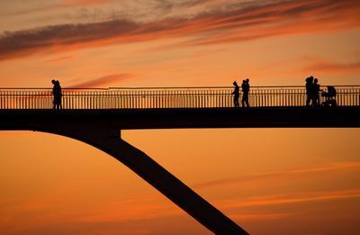 Жизнь под небом мост люди человек путь небо закат