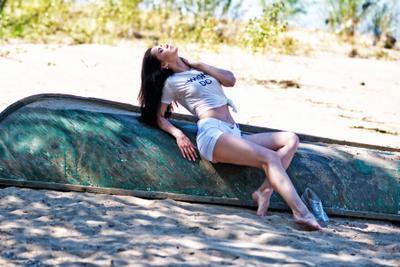 Под сенью дерева лодка девушка песок тень модель секси