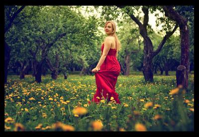 мгновение весны яблоневый сад одуванчики девушка в красном платье весна
