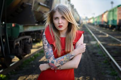 Надя девушка портрет красный желтый зеленый железная дорога взгляд тату