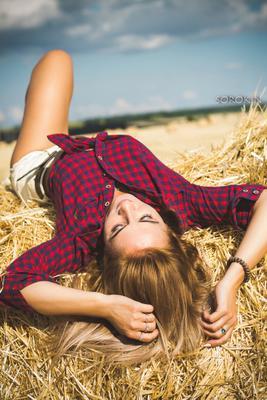 Наслаждение летом лето жара солнце девушка красота поле сено портрет тепло