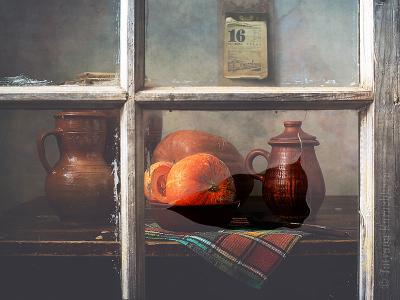 За стеклом натюрморт тыква крынка деревенский