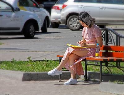 Девушка на скамейке Девушка