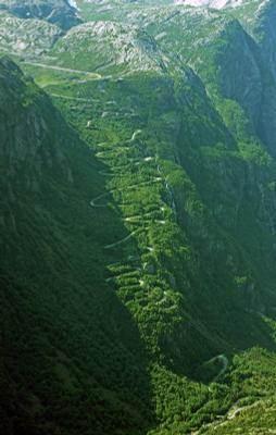 Тропа троллей дорога серпантин горы Норвегия Люсефьорд
