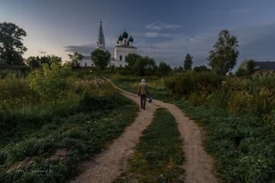 Августовский вечер в Осенево церковь дорога человек август осенево пастораль