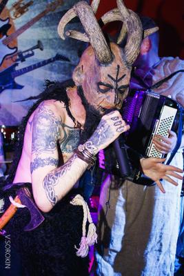 Они уже здесь)) вокалист группа ночной клуб концерт рога тату микрофон