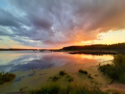 У озера на закате. небо пейзаж природа лето закат