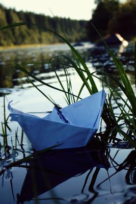 путешественник кораблик бумага река