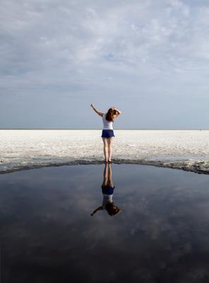 Моя подруга на озере Эльтон Саратов Россия Волгоград Эльтон соль соленое озеро девушка грация отражение небо снег