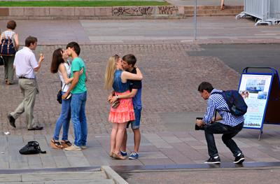 Всемирный день поцелуя 06 июля. люди репортаж город прохожие стрит