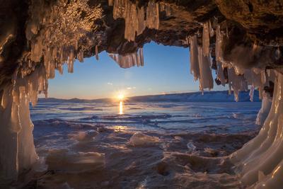 Закат Байкал закат озеро зима лед сосульки солнце пещера грот