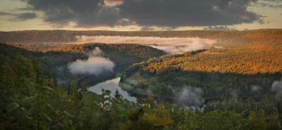 Над рекой от солнца тихо умирал туман.