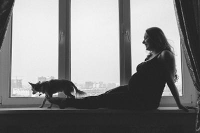 *** окно девушка беременность ожидание счастье собака любимец дом мама