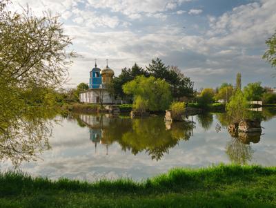 Церковь Всех Крымских святых Крым пруд озеро природа церковь