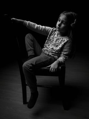 *** портрет девочка стена стул portrait girl wall chair