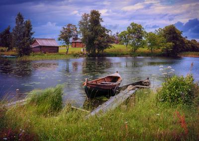 Ожидание дождя Кижи музей остров лето небо тучи дождь пруд водоём вода лодка причал мостки трава зелень деревья отдых