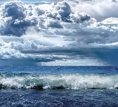 На Море облачный День
