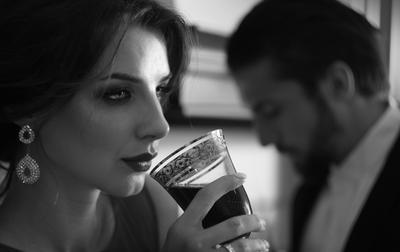 *** стервозность равнодушие терпение вино бокал ч б взгляд драма