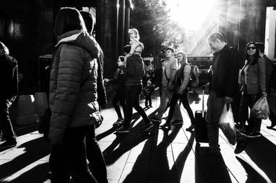 Высоко сижу, далеко гляжу... люди девочка москва чб жанр прохожие улица стрит