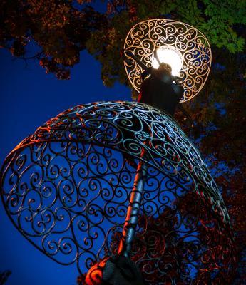 Между элегантностью и пошлостью (тонкая грань) фонарь скульптура ночь женщина юбка
