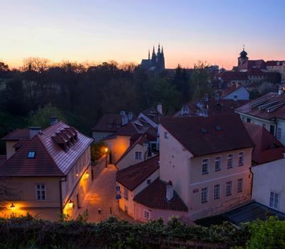 Раннее утро в Градчанах. Прага утро старый город фонари