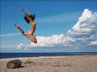 Пролетая над бревном... пляж море девушка прыжок бревно