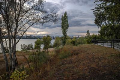 Уж небо осенью дышало город водохранилище набережная деревья