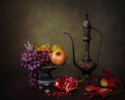 ***Восточный натюрморт с гранатами натюрморт восточная металлическая посуда осень фрукты гранаты виноград