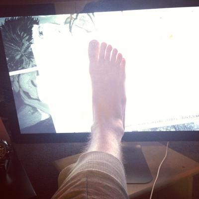 схожу с ума... нога пальцы монитор