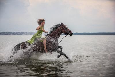 Во весь опор девушка красота лето конь полёт озеро