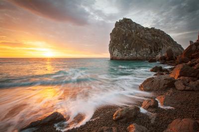Новый день. крым море берег камни вода солнце лучи свет скалы пейзаж небо облак утро восход