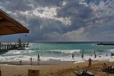"""Бархатный сезон в """" Утопии"""" Море пляж волны тучи с моря"""