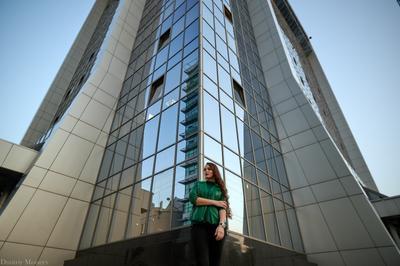 *** девушка здание город отражение высотное зеленый цвет красота