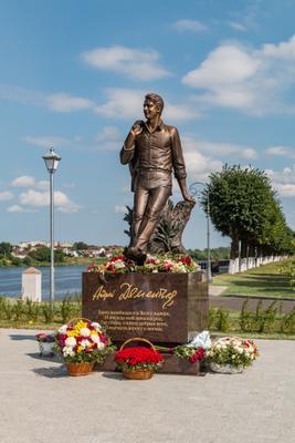 Памятник Андрею Дементьеву в Твери. Памятник Волга Тверь