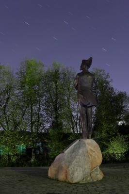 Звёзды над памятником поэту Константину Бальмонту. Шуя город Ивановская область вечер звёзды астрофотография памятник скульптура Бальмонт Константин