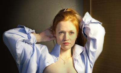 Рубашка на плечах Девушка портрет
