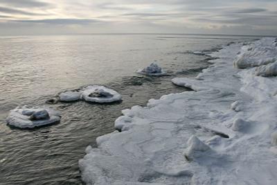 Январская.. лед вода хмурое небо берег байкал озеро
