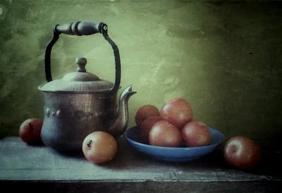 со сливами натюрморт сливы фрукты чай мобильное фото