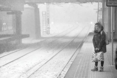 снег в декорациях станции снег снегопад рельсы девушка