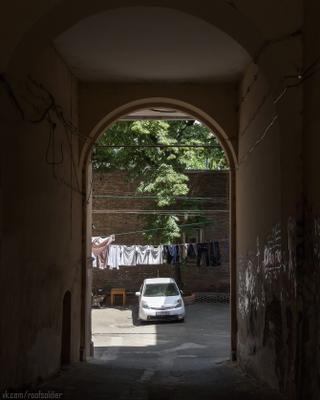 Чёрное и белое Тбилиси Грузия путешествие архитектура город городской пейзаж уличная фотография iphone 12 pro двор