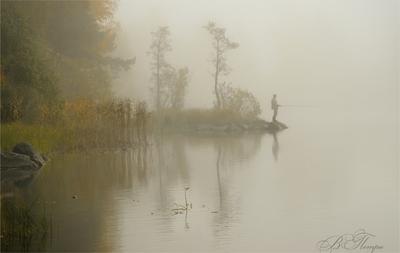 Туманное утро с рыбаком Рыбак туман озеро отражения