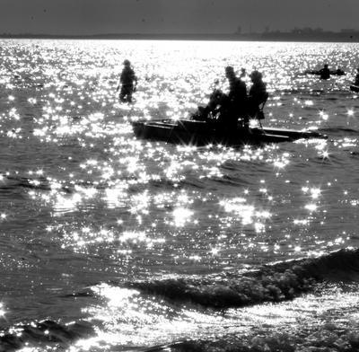 звездачки - это маленькие солнышки,  если они близко.. или они оочень далеко *