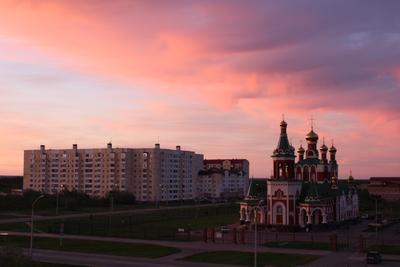 Вечер церковь дома облачно розовый горизонт вечер красивый вид